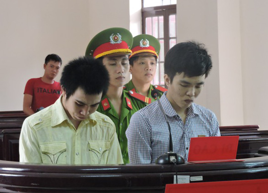 Hai bị cáo Duy và Tấn tại phiên xét xử