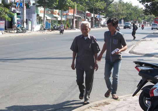 Ông Truyện ấm ức ra về vì không được thăm nuôi Huỳnh Văn Nén.