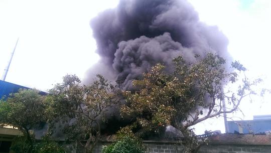 Ngọn lửa bùng cháy lớn kèm theo cột khói đen bốc cao