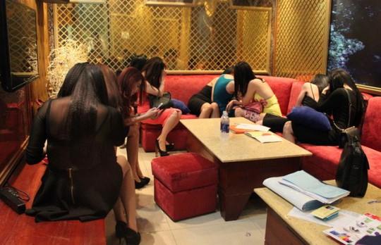 Nhiều tiếp viên nhà hàng Ân Nam bị bắt quả tang ăn mặc mát mẻ phục vụ khách