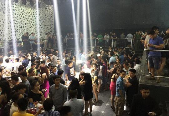 Hàng trăm dâm chơi vẫn còn nhảy nhót tại quán bar Canalis dù đã rạng sáng