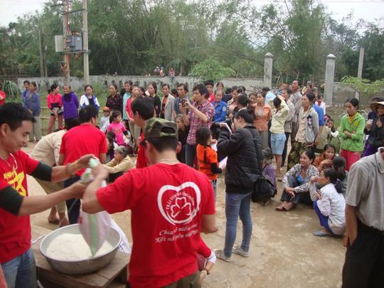 Các thành viên của nhóm Trái tim vì cộng đồng trao quà cho người dân vùng rốn lũ tỉnh Quảng Bình