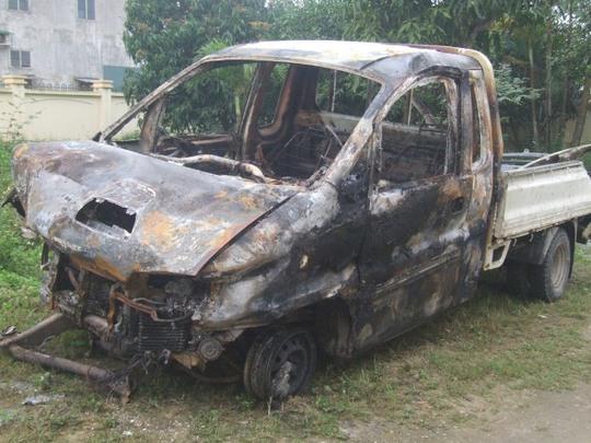 Chiếc xe bán tải bị cháy rụi và biến dạng sau cú tông liên hoàn vào bờ tường