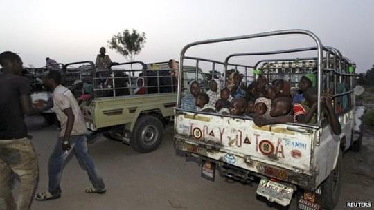 Khoảng 300 phụ nữ và trẻ em được quân đội Nigeria đưa ra khỏi rừng Sambisa. Ảnh: Reuters