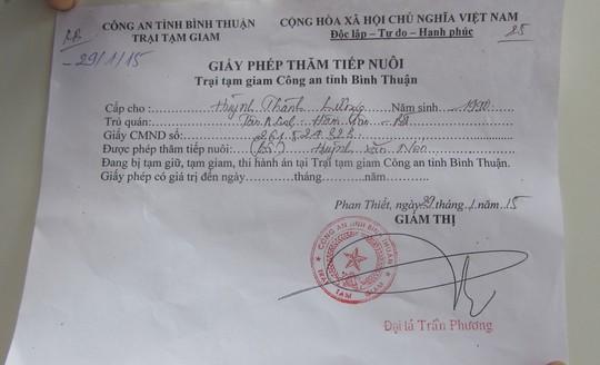 Không được thăm con, bố Huỳnh Văn Nén uất nghẹn trước cổng trại giam