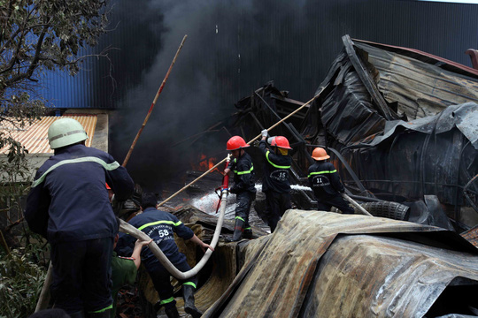 Do ngọn lửa cháy quá lớn nên Cảnh sát PCCC TP HCM đến chi viện