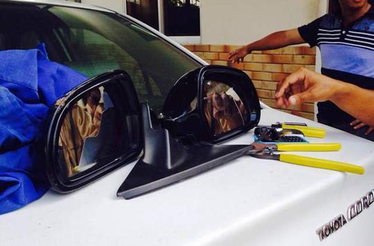 Cặp kính xe Audi và đồ nghề của hai tên cướp