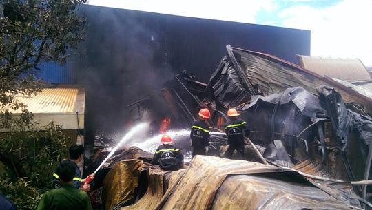 Sau gần 1 buổi lực lượng chữa cháy mới dập tắt được ngọn lửa không cho cháy lan sang các công ty bên cạnh