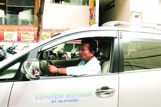 Anh Kiều Đăng Phú đến Báo Người Lao Động báo tin công ty đã nhận anh trở lại làm việc. Ảnh: TRƯỜNG HOÀNG