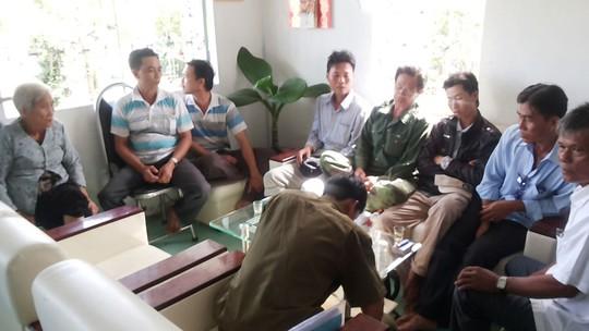 Cuộc họp dân thống nhất các hình thức xử phạt tội trộm tôm đối với Tô Văn Khải ở Cà Mau