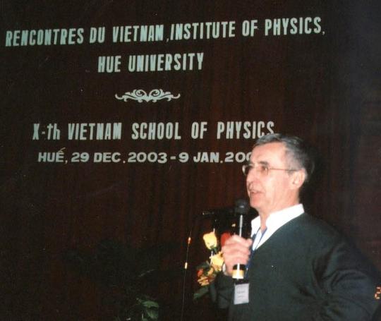 GS Patrick Aurenche, đồng giám đốc Trường Vật lý Việt Nam, phát biểu khai mạc trường này
