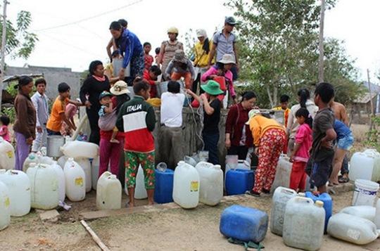 Hằng ngày, người dân xã Phước Trung, huyện Bác Ái, tỉnh Ninh Thuận phải nhận từng can nước cứu trợ của tỉnh để ăn uống
