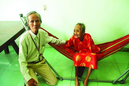 Cụ Nguyễn Thị Trù tươi cười cạnh ông Trương Như Bá – Trưởng phòng Nội dung kỷ lục Vietkings trong bức ảnh mới chụp ngày 22-4 (ảnh do Vietkings cung cấp)