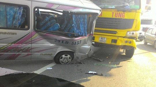 Hiện trường vụ tai nạn 2 chiếc xe gắn chặt vào nhau (ảnh: otofun)