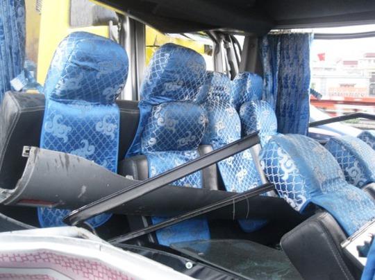 Hàng ghế sau của xe khách bị dồn về phía trước