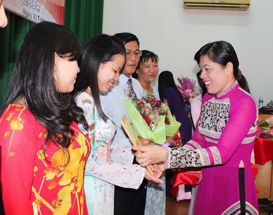 Bà Nguyễn Trần Phượng Trân, Phó chủ tịch LĐLĐ TP trao giấy khen cho các tập thể
