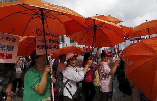 Người ủng hộ dân chủ vui mừng... Ảnh: Reuters
