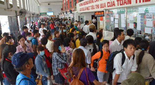 Hành khách vây kín tất cả các quầy vé của Bến xe Miền Tây chỉ hy vọng có 1 tấm vé về quê chơi lễ