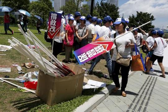 ...trong khi người ủng hộ Bắc Kinh bực bội sau bỏ phiếu. Ảnh: Reuters