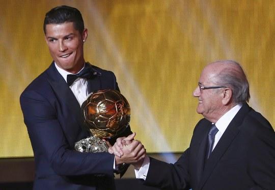 Chủ tịch FIFA Sepp Blatter (phải) trao Quả bóng vàng 2014 cho Ronaldo hôm 13-1