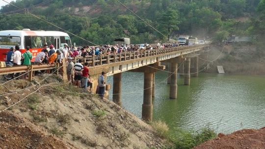 Người dân hiếu kỳ đứng tràn trên cầu 38 xem mò tìm thi thể nạn nhân.