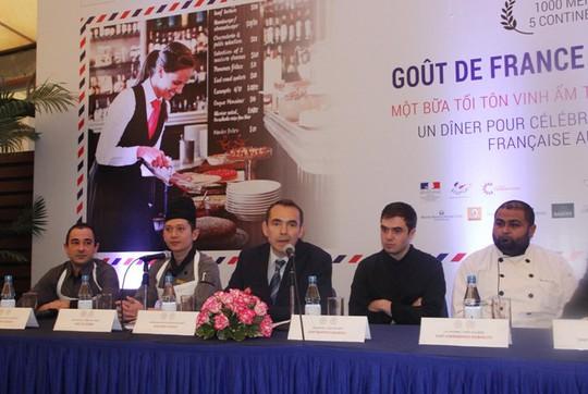 """Đại sứ Pháp tại Việt Nam, ông Jean Noel Poirier (giữa) cùng một số đầu bếp tham dự chương trình """"Gout de France/Good France"""" tại Hà Nội"""