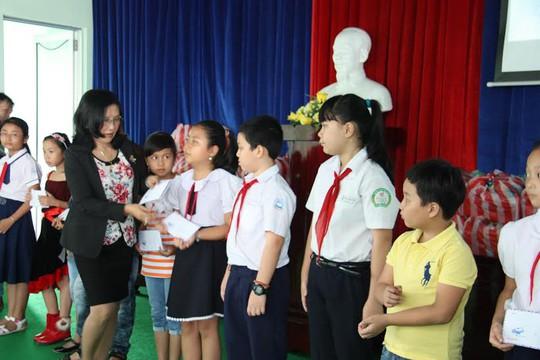 Bà Nguyễn Thị Mọng Lành, Phó Chủ tịch LĐLĐ thành phố Nha Trang, trao học bổng cho con công nhân khó khăn