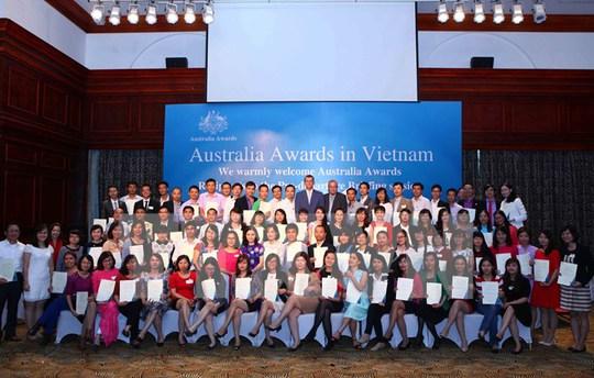 Đại sứ Úc tại Việt Nam, ngài Hugh Borrowman chụp ảnh chung với 161 công dân Việt Nam nhận học bổng Chính phủ Úc năm 2014 - Ảnh: TTXVN