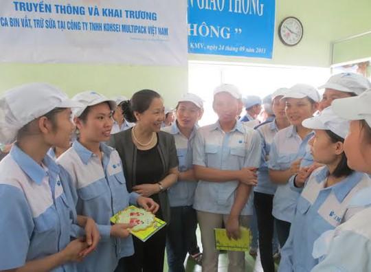 Phó Chủ tịch Tổng LĐLĐVN Nguyễn Thị Thu Hồng nói chuyện với các nữ CNLĐ Cty TNHH Kohsei Multipack Việt Nam.
