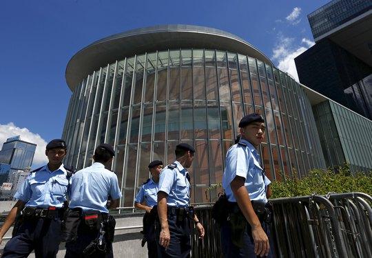 An ninh được tăng cường bên ngoài tòa nhà Hội đồng Lập pháp ở Hồng Kông Ảnh: REUTERS
