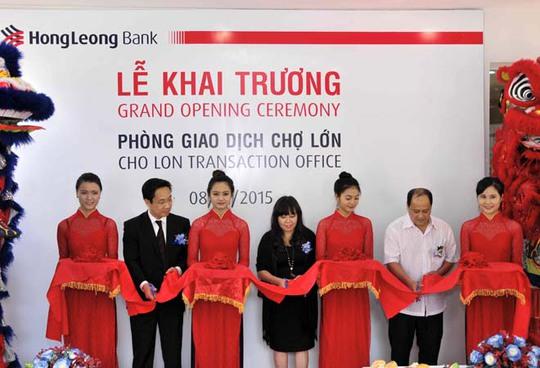 Lãnh đạo Hong Leong Việt Nam cắt băng khai trương Phòng giao dịch Chợ Lớn sáng 8-1.
