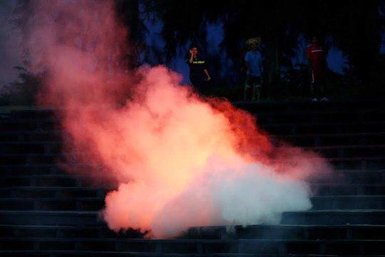 CĐV Hải Phòng đốt pháo sáng trên khán đài sau trận