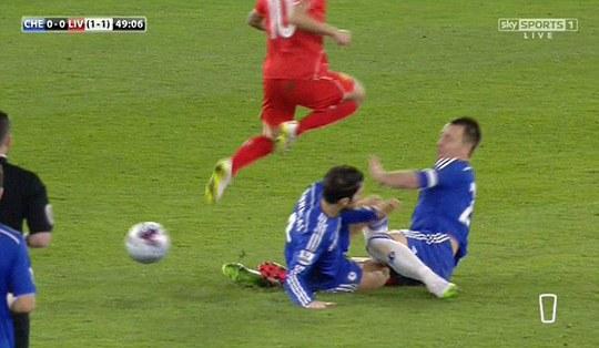 Va chạm với Terry, Fabregas có thể lỡ đại chiến Man City