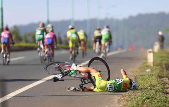 Tay đua Trần Quốc Dũng (BTV Bình Dương) cũng té ngã trên đường đua