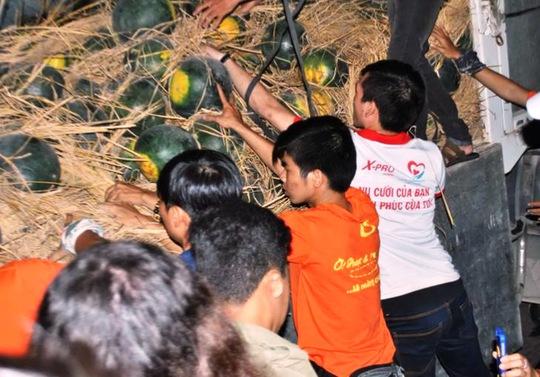 Dưa được các bạn tình nguyện viên vận chuyển từ Quảng Nam vào TP HCM đễ nhờ hỗ trợ.