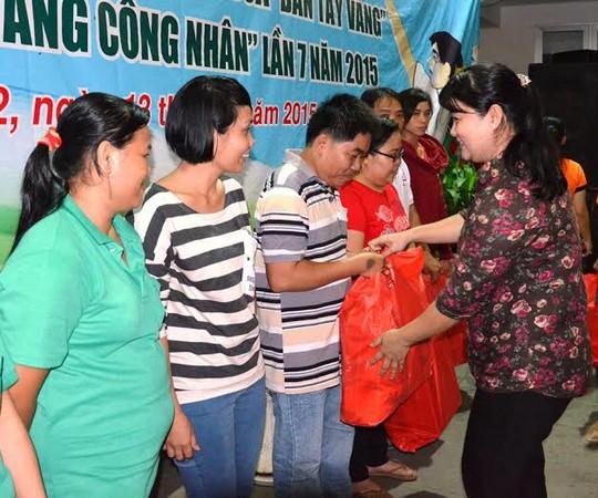 Bà Nguyễn Thị Ngọc Hương, Chủ tịch LĐLĐ quận 2, TP HCM trao quà cho  công nhân lao động khó khăn