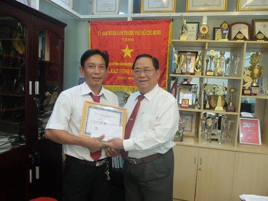 Ông Tạ Long Hỷ (bìa phải), Phó tổng Giám Đốc Vinasun, trao giấy khen và tiền thưởng cho anh Hùng