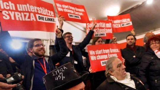 Những người ủng hộ đảng Syriza mừng chiến thắng. Ảnh: Reuters