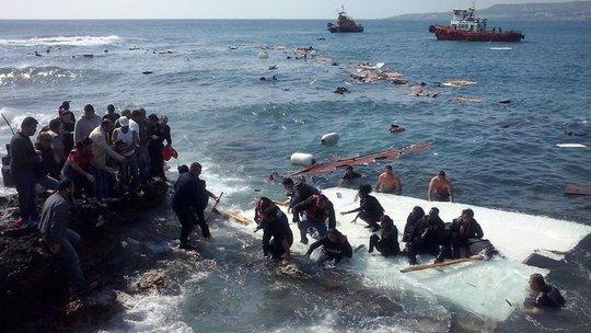 Những người đi trên tàu chìm ngoài khơi đảo Rhodes cố bơi vào bờ hôm 20-4. Ảnh: RTE