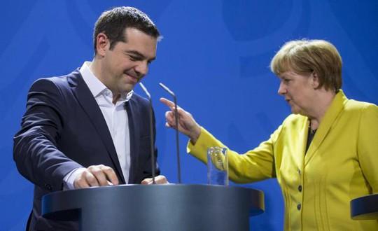 Thủ tướng Đức Angela Merkel và người đồng cấp Hy Lạp. Ảnh: Reuters