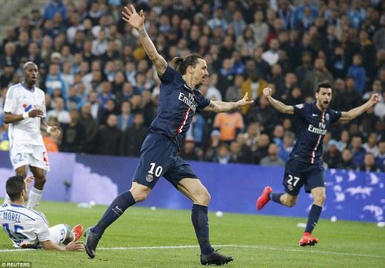 Ibrahimovic không ghi bàn nhưng có nhiệm vụ lôi kéo hàng phòng ngự đối phương