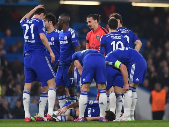 Các cầu thủ Chelsea vây quanh Ibrahimovic và trọng tài gây áp lực