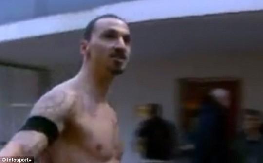 Ibrahomovic la toáng lên trong phòng thay dồ