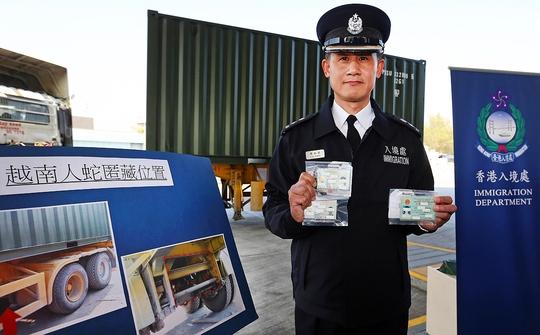 Cảnh sát thu được 9 thẻ căn cứ giả. Ảnh: SCMP