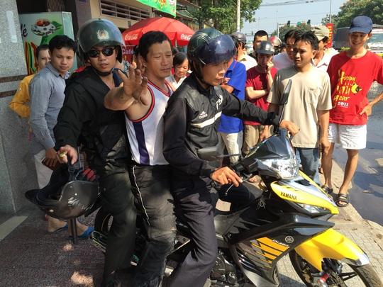 Sau khi cháy xe, người điều khiển xe mô tô (ngồi giữa) bị thương, được đưa đi cấp cứu