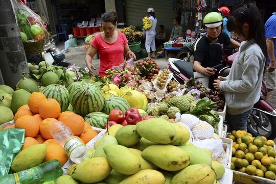 Các mặt hàng trái cây cũng tăng giá nhẹ, chôm chôm có giá 30 đến 35 ngàn đồng/kg, giá măng cụt 40 đến 45 ngàn đồng/kg, giá vải thiều có giá 35 đến 40 ngàn đồng/kg.