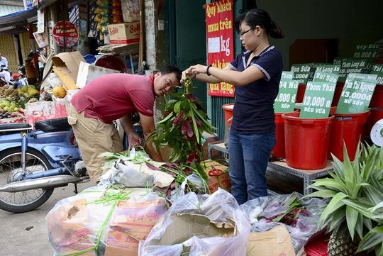 Các bó lá để treo trước nhà để lấy may mắn cũng được nhiều người chọn mua.