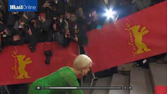 Helen Mirren vấp ngã