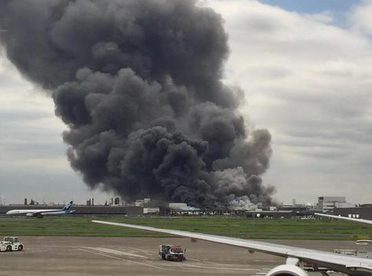 Nhà máy thép gần Sân bay Quốc tế Haneda ở thủ đô Tokyo bốc cháy. Ảnh: Twitter