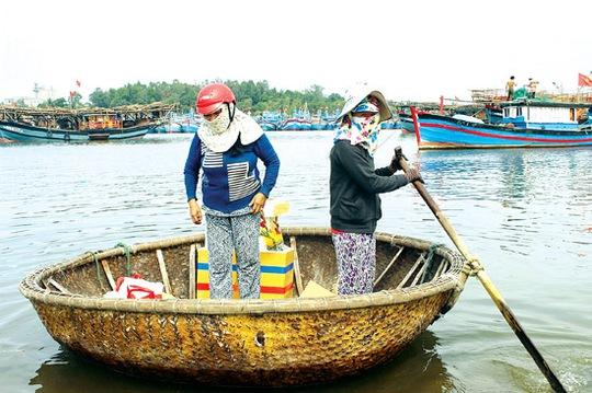 """Hàng hóa và người được các nữ """"taxi"""" đưa ra tàu neo ở cửa biển."""